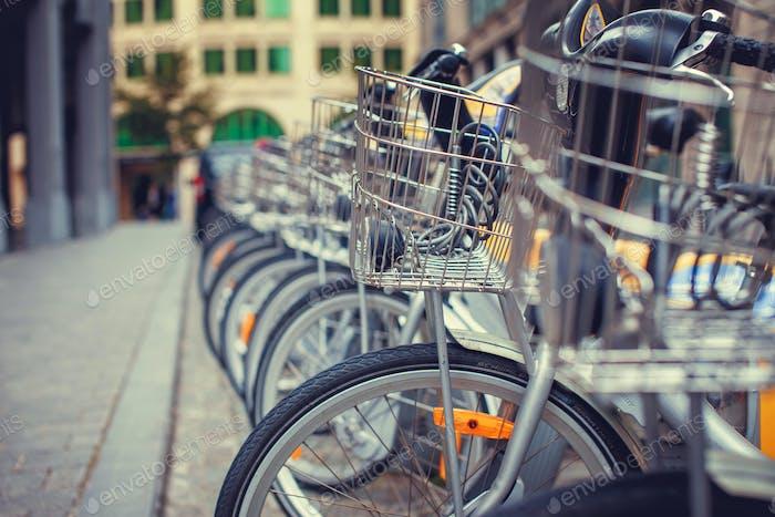 Aparcamiento de bicicletas en la ciudad.