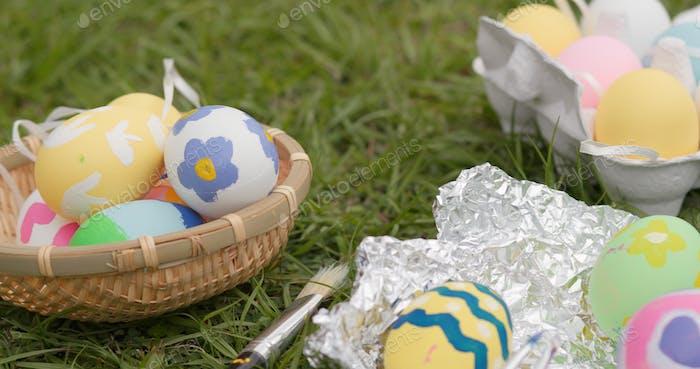 Zeichnung auf Ei für Osterferien im Freien