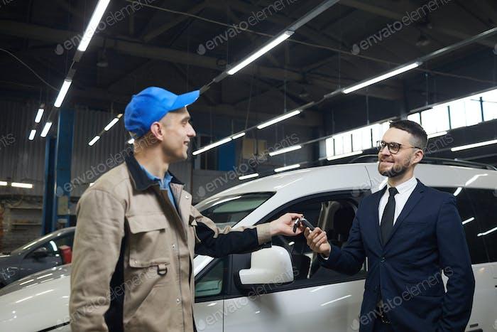 Kunde gibt Autoschlüssel an Repairman