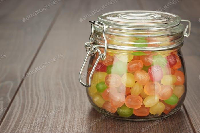 Tarro de cristal lleno de dulces coloridos