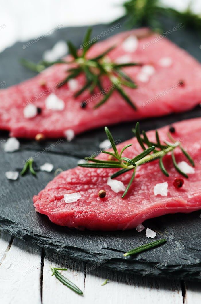 Ungekochtes Fleisch mit Rosmarin und Salz
