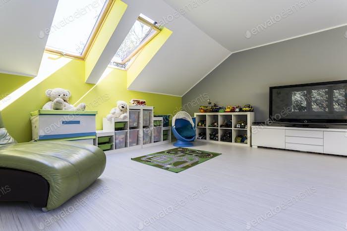 Детская комната на чердаке с телевизором