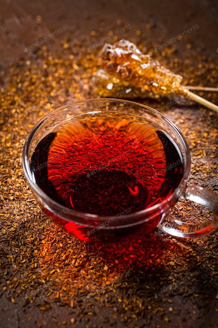 Tasse köstlichen Rooibos-Tee auf dunklem Hintergrund