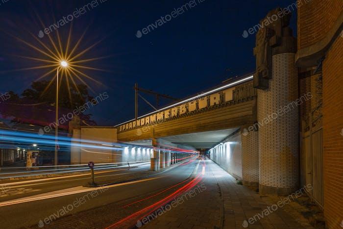 Langzeitbelichtungsaufnahme des Viadukts in den Spaarndammerbuurt in Amsterdam, Niederlande