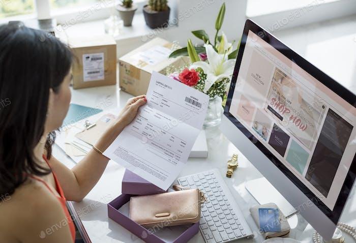 Frauen Shopping Online Shopaholics Kaufkonzept