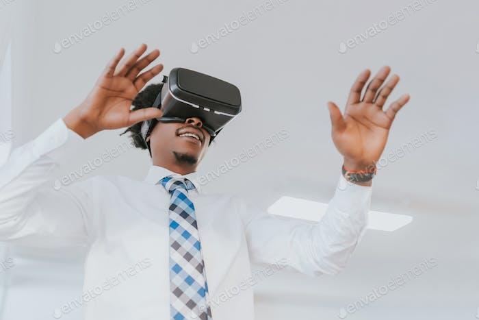 Hombre de negocios usando gafas de realidad virtual.