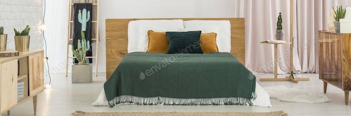 Grünes Schlafzimmer mit Kaktusmotiv
