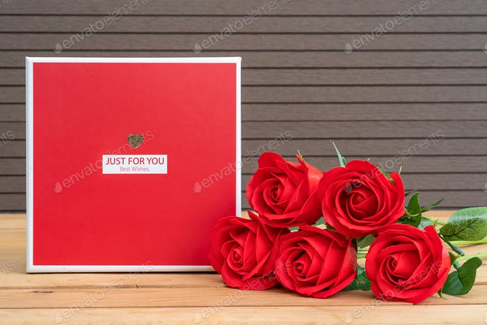 Red roses with gift-box-2