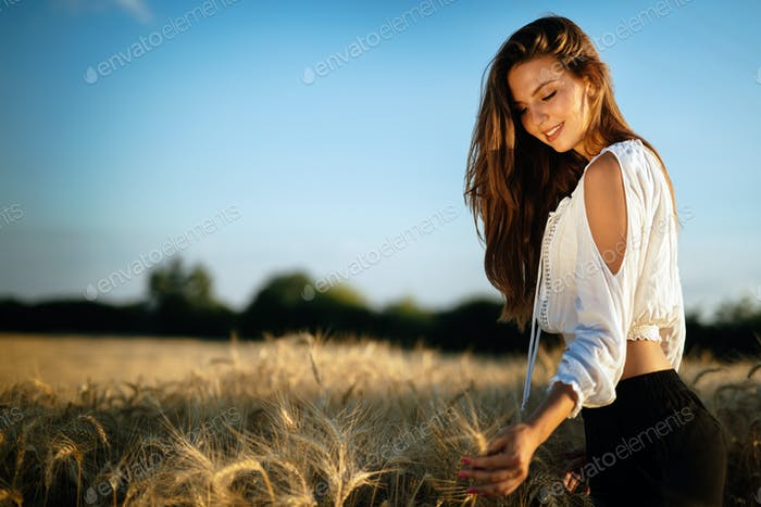 Junge schöne Frau verbringen Zeit in der Natur
