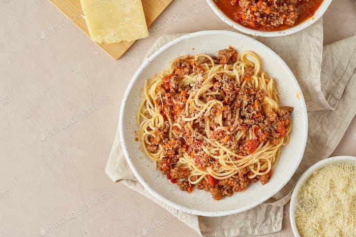 Pasta Bolognese mit Spaghetti, Hackfleisch und Tomaten, Parmesan. Italienische Küche