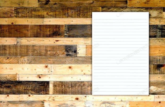 Weißes Papier auf Holzhintergrund.