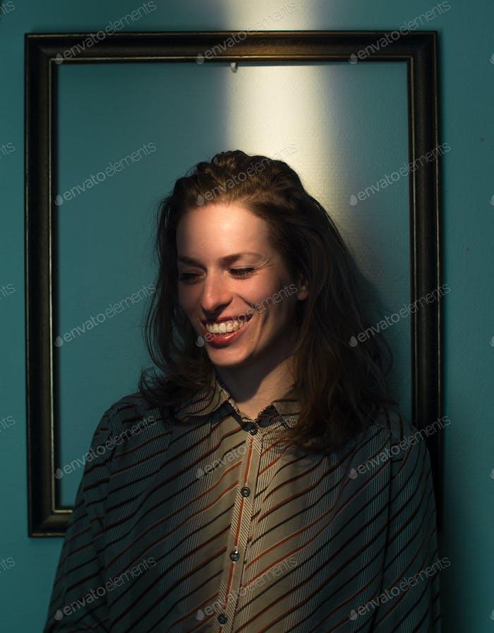 ausdrucksstarke kaukasische weibliche Porträt, gerahmt im Rahmen