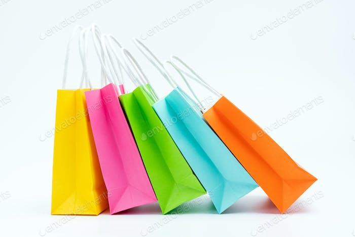 Bolsas de compras coloridas de pie en una fila