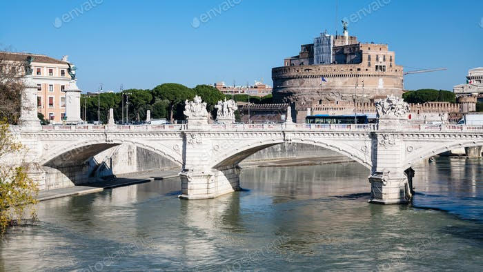 Blick auf die Brücke und Schloss des Heiligen Engels in Rom