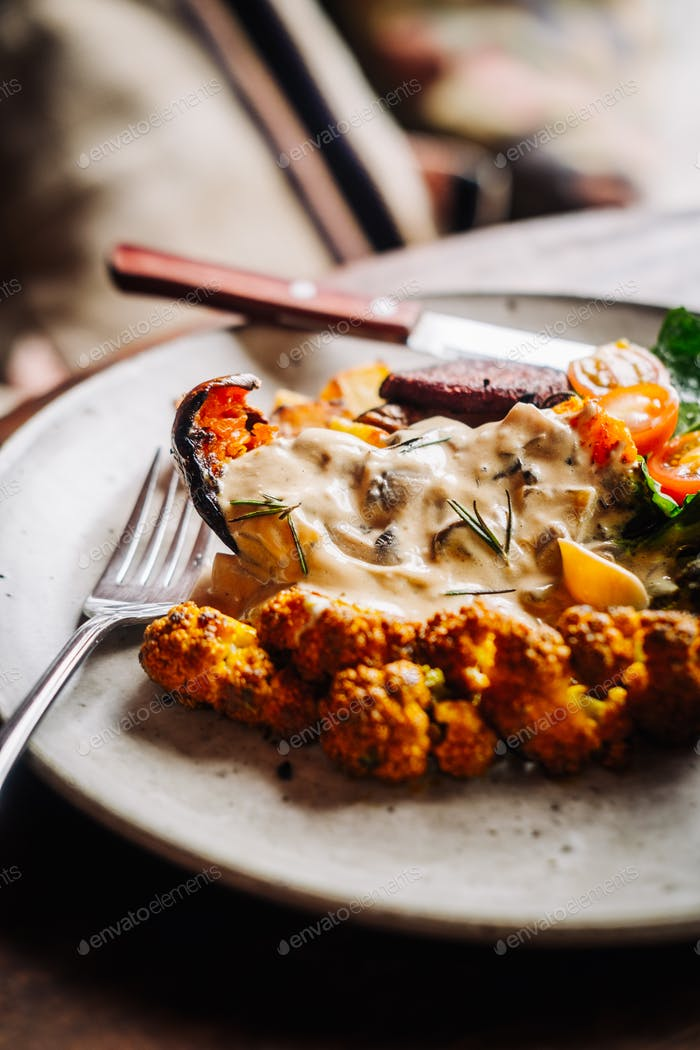 Desayuno abundante y cálido con verduras de curry