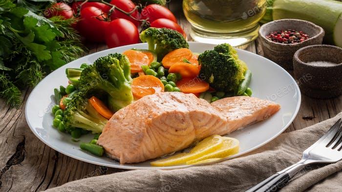 Steam salmon and vegetables, Paleo, keto, fodmap diet.