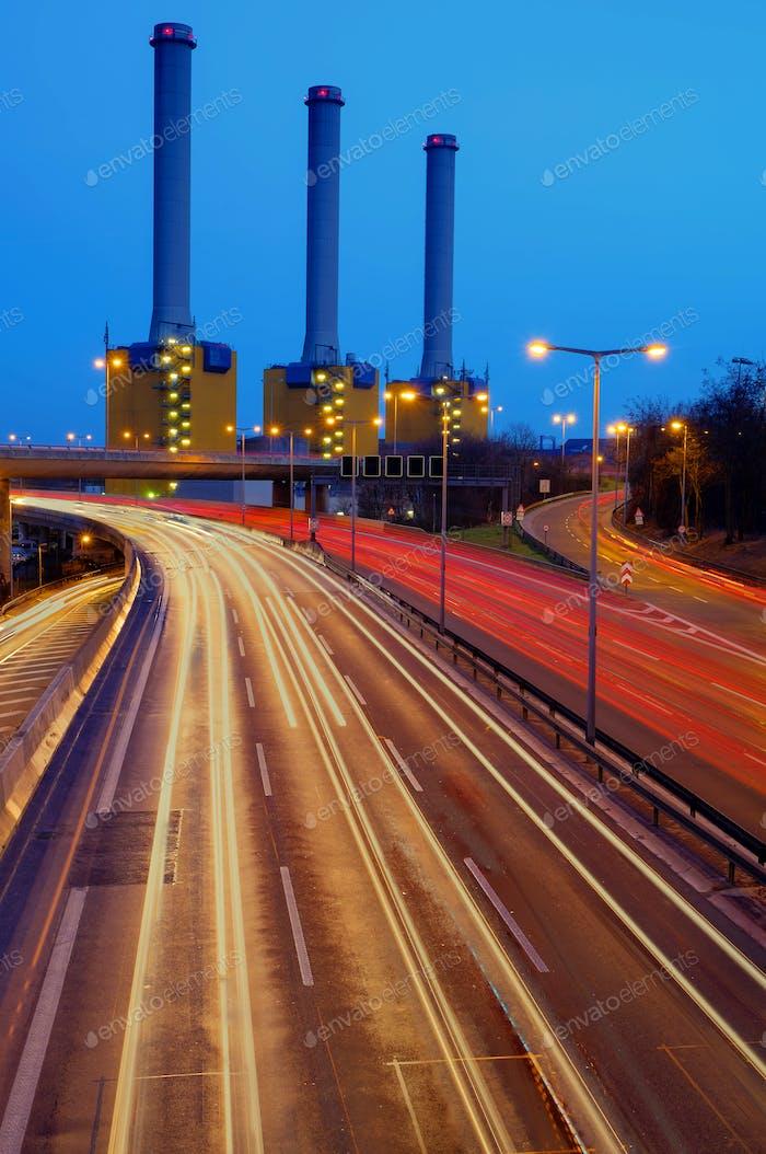 Kraftwerk hinter einer Autobahn