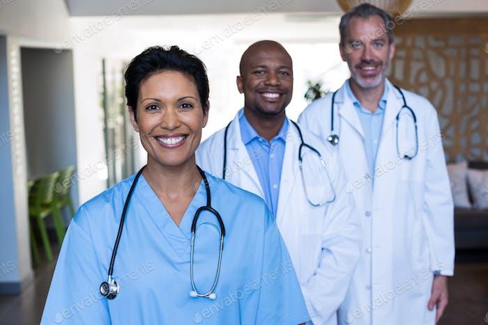 Retrato de médicos y enfermera