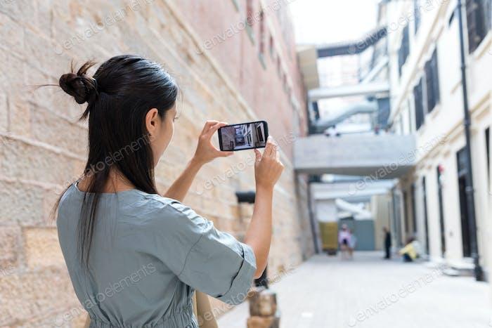 Frau fotografiert auf Handy