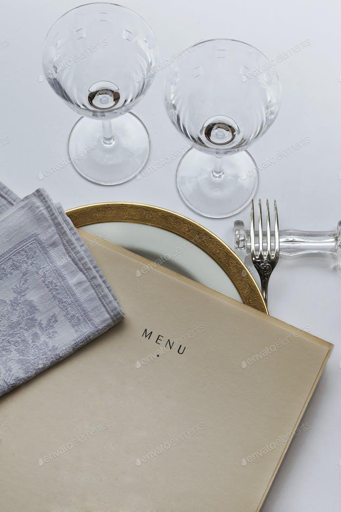 Französisches Menü auf einem Tisch
