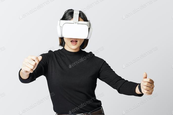 Frau mit VR spielt Rennspiel
