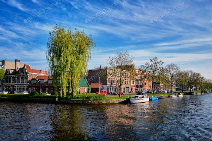 Boote, Häuser und Kanal. Harlem, Niederlande
