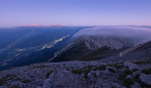 Сумерки перед восходом солнца над Триглавом в Юлианских Альпах