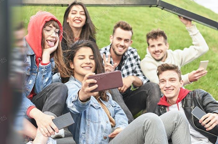 Gruppe von Freunden, die ein Selfie per Handy machen