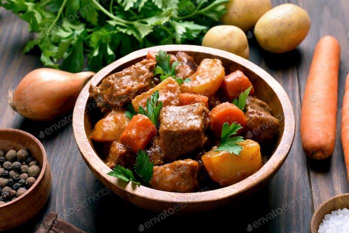 Fleischeintopf mit Gemüse in Schüssel