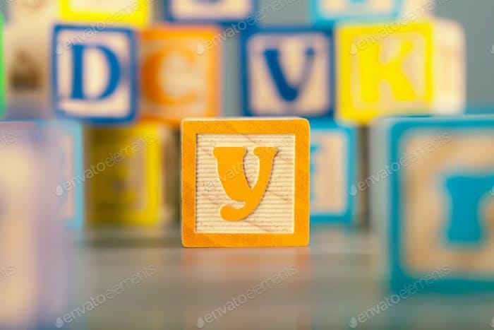 Fotografía del colorido bloque de madera letra Y