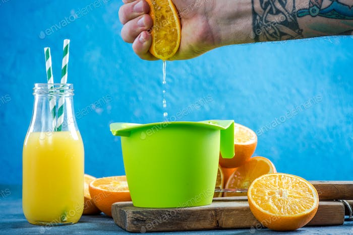 Making fresh squeezed orange juice