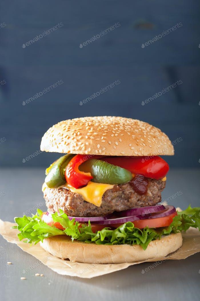 hausgemachte Käse Burger mit Paprika Tomatenzwiebel