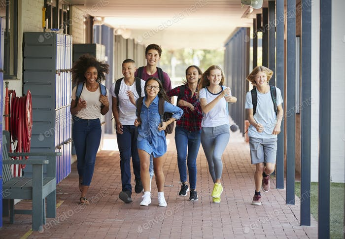 Teenager Schule Kinder laufen in der High School Flur