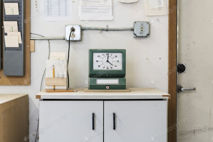 Timeclock verwendet, um Mitarbeiter in einer holzbearbeitenden Fabrik einzuchecken.
