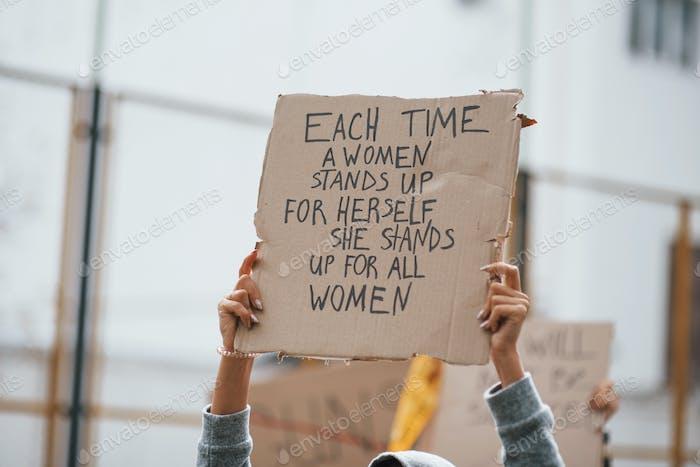 La demostración está en acción. Grupo de mujeres feministas protestan por sus derechos al aire libre