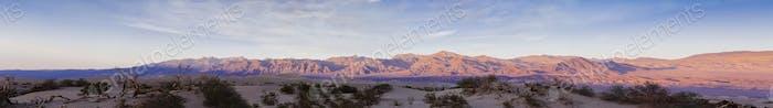 Dünen in der Wüste des Death Valley bei Sonnenuntergang