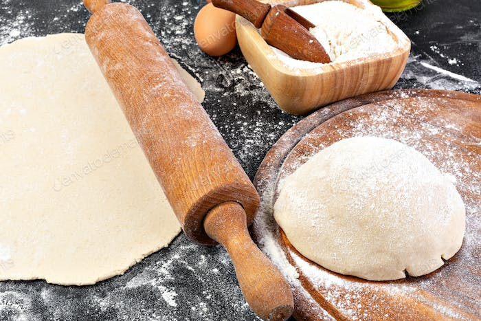 Preparation of the dough. The rolling pin with flour