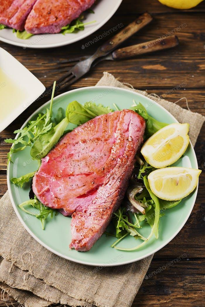 Gekochter köstlicher Thunfisch mit grünem Salat