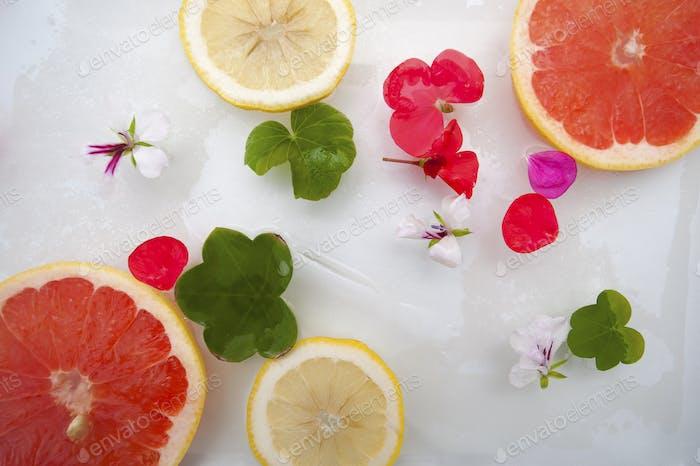 Sommerstimmung. Blumen und Früchte mit Eis.