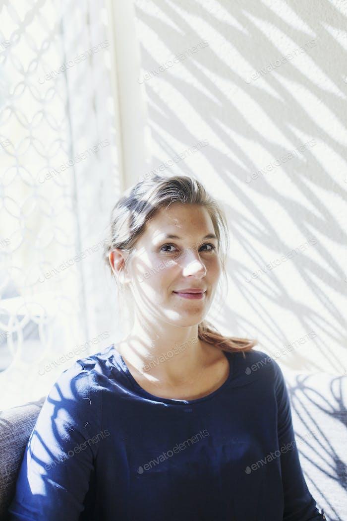 Porträt der lächelnden jungen Frau sitzen im libanesischen Restaurant