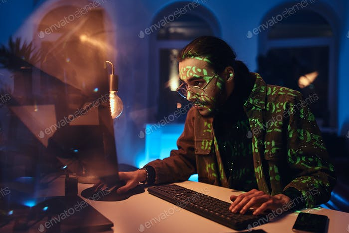 Konzentriert auf Arbeitscomputerspezialist macht seine Arbeit nachts