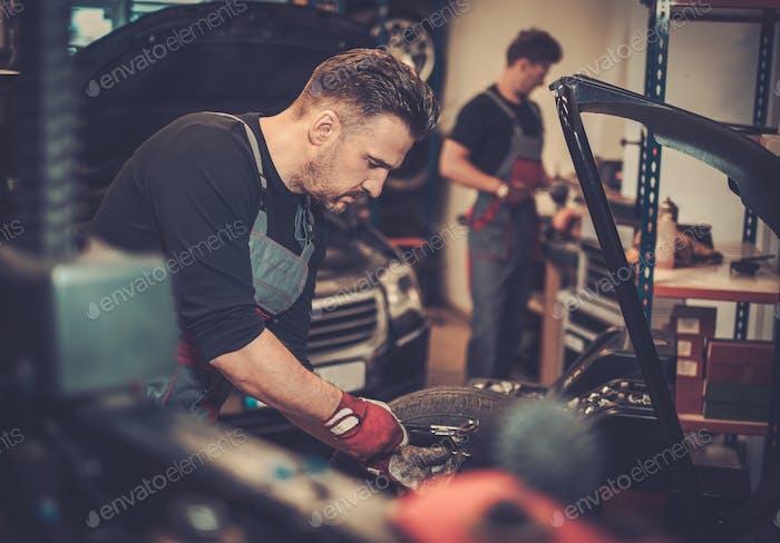 Professionelle Auto Mechaniker Auswuchten Auto Rad auf Auswuchtmaschine in au