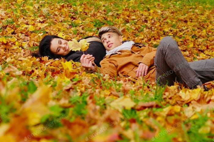 Encantadora pareja en otoño Parque