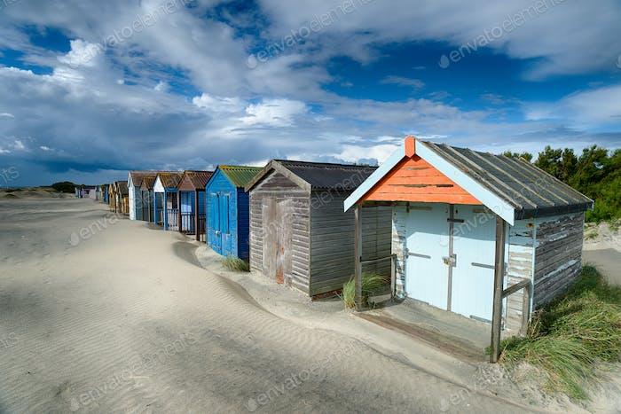 Strandhütten auf einem sandigen Strand