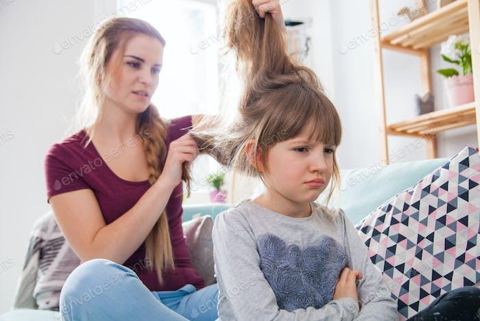 У мамы проблемы с расчесыванием волос несчастной дочери