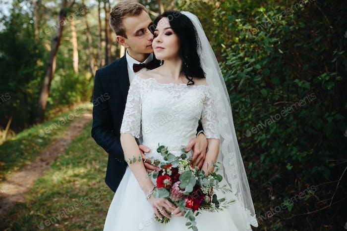 novio besa a la novia