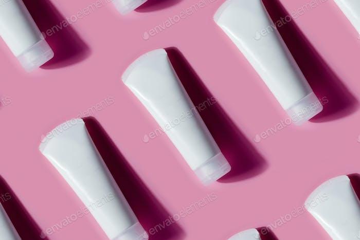 Nahtloses Muster aus Tuben von kosmetischen Mockup