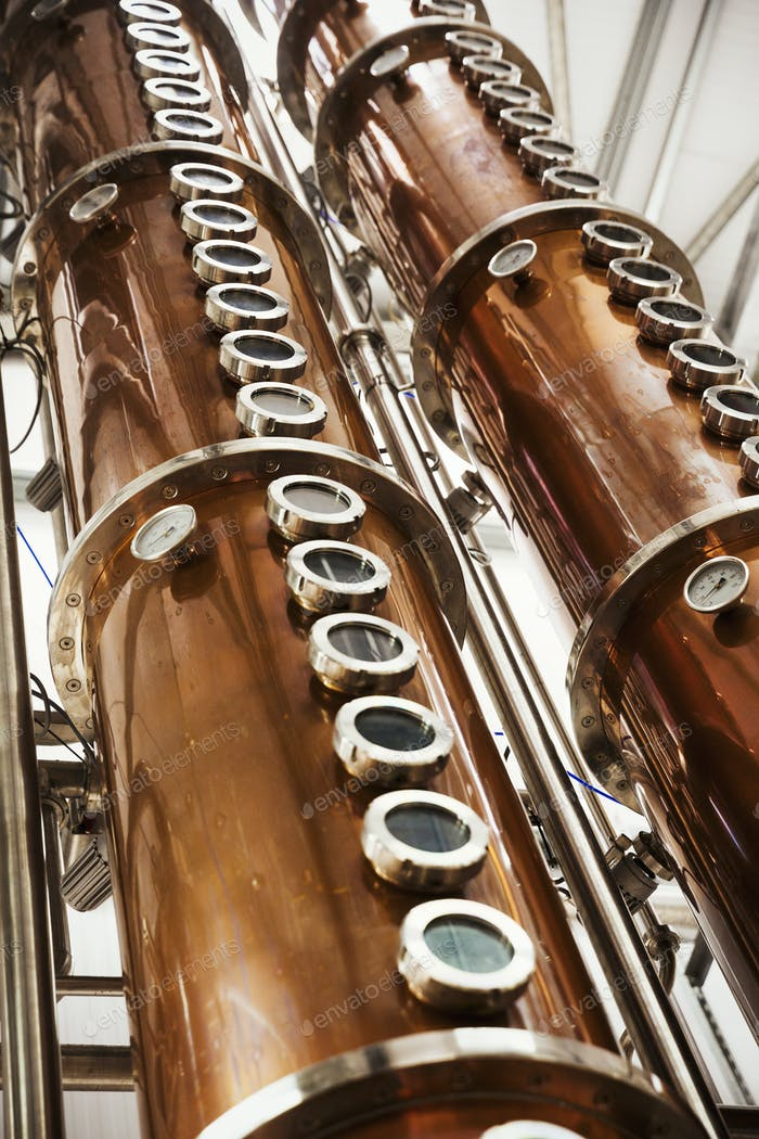 Hohe Kupferbrennerei Kammern in einer Brauerei, Braubehälter in Kupfer und Stahl. Niedriger Winkel