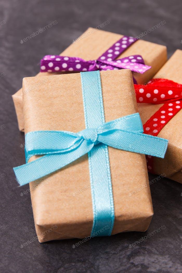 Haufen Geschenke für Valentinstag, Geburtstag oder andere Feier