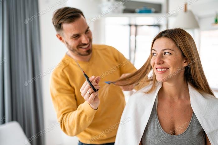 Selbsthaarpflege während der Quarantäne. Paar Haare schneiden zu Hause Isolation Coronavirus Pandemie